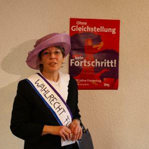 Silvia Hillenbrand als Frauenrechtlerin