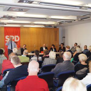 Zahlreiche Zuhörer im vollbesetzten Saal im ITZ Fulda folgen der Diskussion